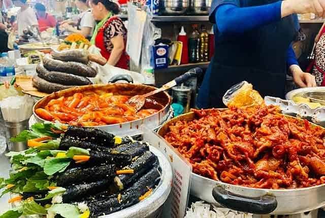 Tteokbokki and gimbap in Gwangjang market